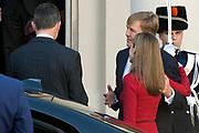 Bezoek van Koning Felipe VI en Koningin Letizia van Spanje aan Nederland.<br /> <br /> Visit of King Felipe VI and Queen Letizia of Spain to the Netherlands.<br /> <br /> Op de foto / On the Photo: Koning Felipe VI en Koningin Letizia van Spanje vertrekken van Paleis Noordeinde - Koning Willem Alexander en koningin Maxima  ////  King Felipe VI and Queen Letizia of Spain leave from Noordeinde Palace - King Willem Alexander and Maxima queen