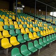 Niewe stoeltjes op de tribune van SV Huizen in de kleuren geel / groen
