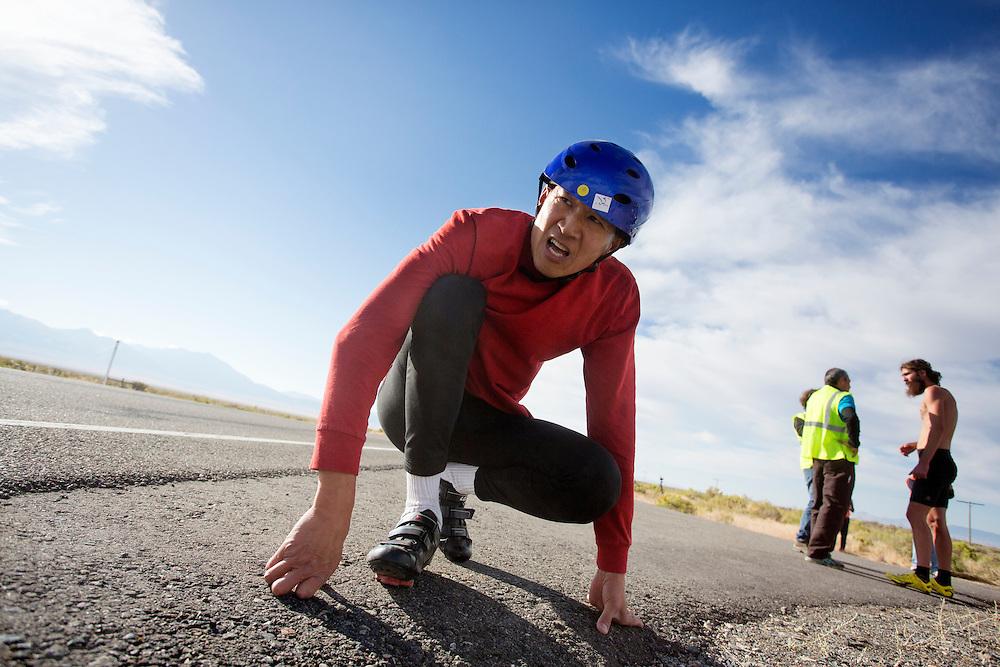 Larry Lem na de ochtendrun op de derde dag van de races. In Battle Mountain (Nevada) wordt ieder jaar de World Human Powered Speed Challenge gehouden. Tijdens deze wedstrijd wordt geprobeerd zo hard mogelijk te fietsen op pure menskracht. Het huidige record staat sinds 2015 op naam van de Canadees Todd Reichert die 139,45 km/h reed. De deelnemers bestaan zowel uit teams van universiteiten als uit hobbyisten. Met de gestroomlijnde fietsen willen ze laten zien wat mogelijk is met menskracht. De speciale ligfietsen kunnen gezien worden als de Formule 1 van het fietsen. De kennis die wordt opgedaan wordt ook gebruikt om duurzaam vervoer verder te ontwikkelen.<br /> <br /> In Battle Mountain (Nevada) each year the World Human Powered Speed Challenge is held. During this race they try to ride on pure manpower as hard as possible. Since 2015 the Canadian Todd Reichert is record holder with a speed of 136,45 km/h. The participants consist of both teams from universities and from hobbyists. With the sleek bikes they want to show what is possible with human power. The special recumbent bicycles can be seen as the Formula 1 of the bicycle. The knowledge gained is also used to develop sustainable transport.