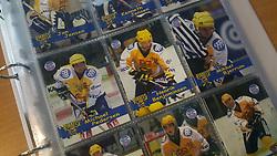 Esbjerg Pirates.<br /> <br /> Officielle Danske Hockey Trading Card. <br /> <br /> 1999-2000 Komplet Danske Ishockey Kort 225 stk.<br /> <br /> 1. Jan Jensen<br /> 2. Kenneth Jensen<br /> 3. Torben Schultz<br /> 4. Michael Pedersen<br /> 5. Henrik Benjaminsen<br /> 6. Mikkel Bjerrum<br /> 7. Todd Sparks<br /> 8. Kristoffer Frederiksen<br /> 9. Alexander Weinrich<br /> 10. Kristian Lodberg<br /> 11. Lars T. Pedersen<br /> 12. Oleg Starkov<br /> 13. Andreas Andreasen<br /> 14. Mikko Suvanto<br /> 15. Anders Skov<br /> 16. Jacques Joubert<br /> 17. Thomas Bjerrum<br /> 18. Björn Edén<br /> 19. Jesper Madsen<br /> 20. Thomas Kjøgx<br /> 21. Anders Johansson<br /> 22. Mats Diberius<br /> 23. Brett Stewart<br /> 24. Robert Nordberg<br /> <br /> Begrænset komplet sæt på lager. Kontakt: mail@nhcfoto.dk eller tlf. 40277826
