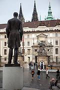 Der Hradschiner Platz mit der Skulptur von Tomá? Garrigue Masaryk und dem Eingang zur Prager Burg.