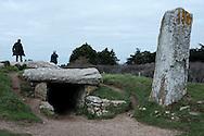 Entrée du monument mégalithique des Pierres-Plates situé sur la commune de Locmariaquer. Golfe du Morbihan, Bretagne, France.