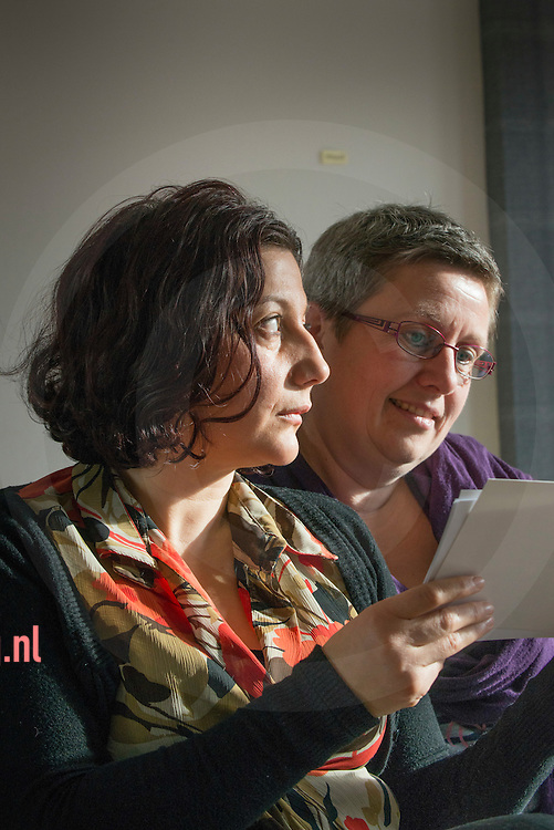 nederland, enschede, 05nov2013 Yasmin Khalaf-Haidar (voorgrond )heeft samen met Miranda Kamerbeek  Syrische gedichten (van de vader van Yasmin) in het Nederlands vertaald.