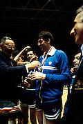Europei Francia 1983 - Nantes: Presidente FIBA Boris Stankovic premia Renato Villalta medaglia d'oro