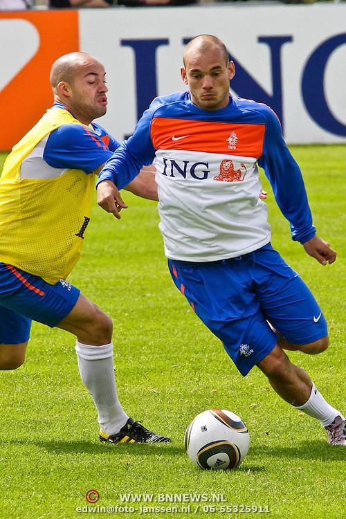 AUS/Seefeld/20100530 - Training NL Elftal WK 2010, Wesley Sneijder in duel met Demi de Zeeuw