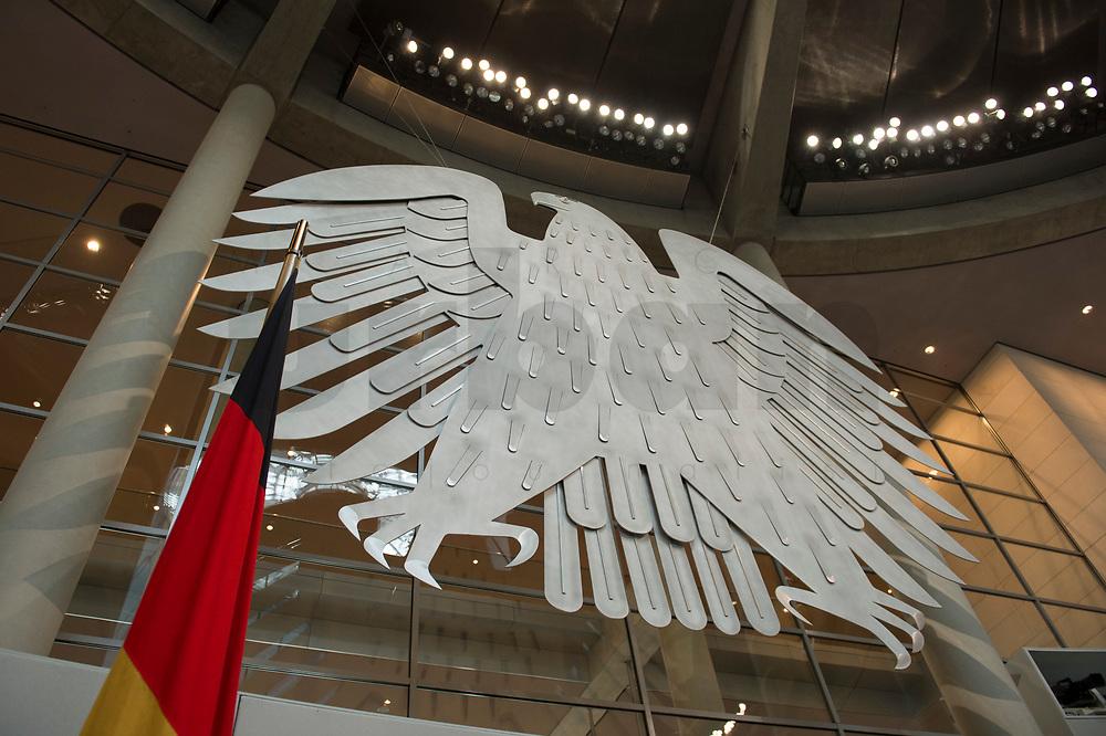 17 OCT 2013, BERLIN/GERMANY:<br /> Bundesadler und Bundesflagge, Plenum, Deutscher Bundestag<br /> IMAGE: 20131017-01-012<br /> KEYWORDS: Plenarsaal
