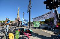 07 OCT 2019, BERLIN/GERMANY:<br /> Extinction Rebellion (XR), eine globale Umweltbewegung protestiert mit der Blockade von Verkehrsknotenpunkten fuer eine Kehrtwende in der Klimapolitik, Grosser Stern, Siegessäule<br /> IMAGE: 20191007-01-013<br /> KEYWORDS: Demonstration, Demo, Demonstraten, Klima, Klimawandel, climate change, protest, Klimakrise