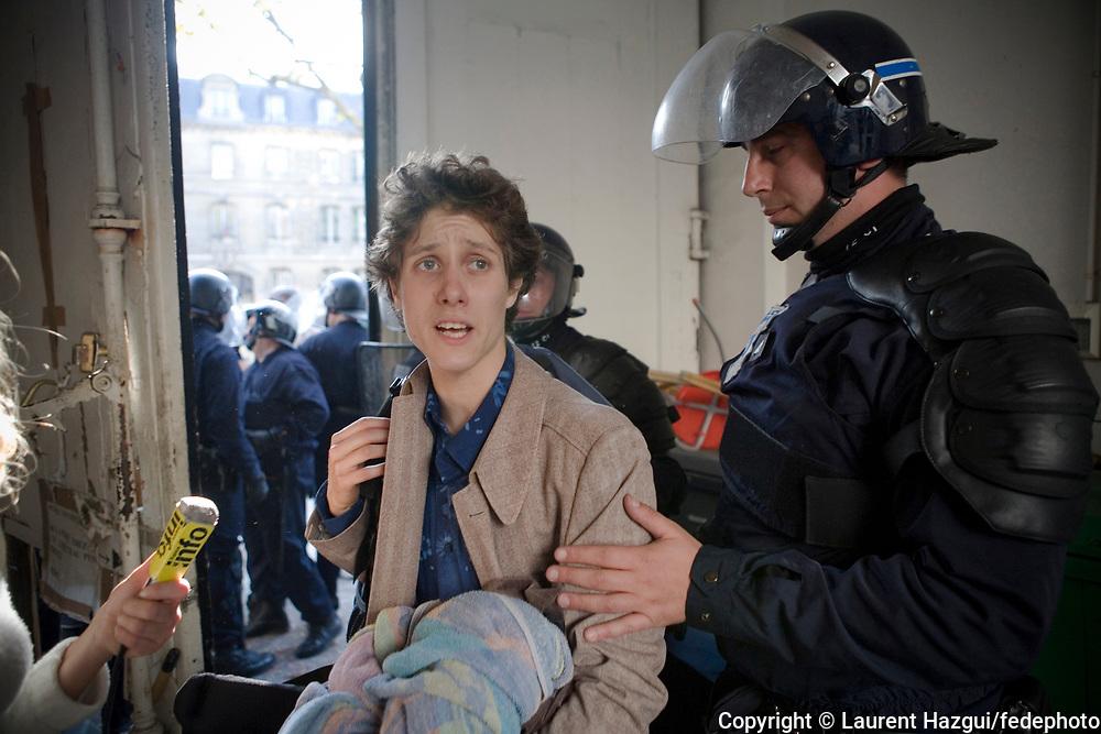 """16102007. Jean-Marc, étudiant habitant la cité U. Expulsion par la Police du squat """"Cité U Montparnasse"""", ouvert par les collectifs MACAQ et Jeudi noir, situé dans un immeuble vide de 2500 m2 appartenant à l'assureur """"militant"""" la MAIF au 85 boulevard du Montparnasse. L'immeuble était occupé depuis 5 jours. Une trentaine d'étudiant y vivait."""