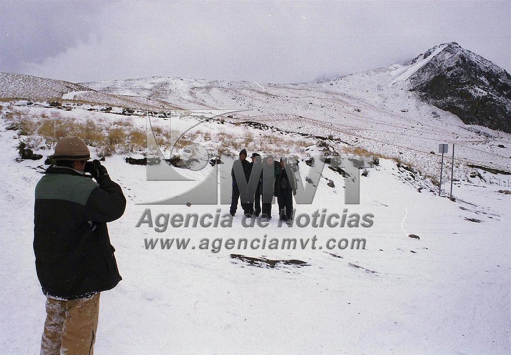 Zinacantepec, Méx.- Cientos de personas acudieron al volcan Xinantecatl al presentarse una nevada la noche de ayer, siendo necesario que autoridades de proteccion civil cerraran los accesos a las partes altas. Agencia MVT / Mario Vázquez de la Torre.