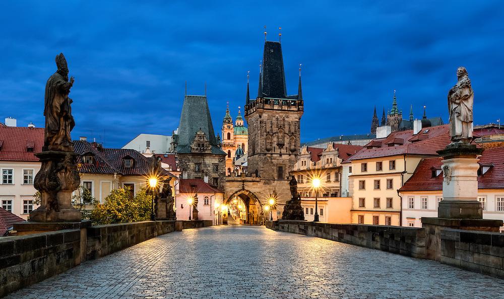 Menschenleere Karlsbrücke in Prag bei Nacht mit Blickrichtung Kleinseite (Mala Strana) Prager Burg (Hradschin) und Veitsdom.
