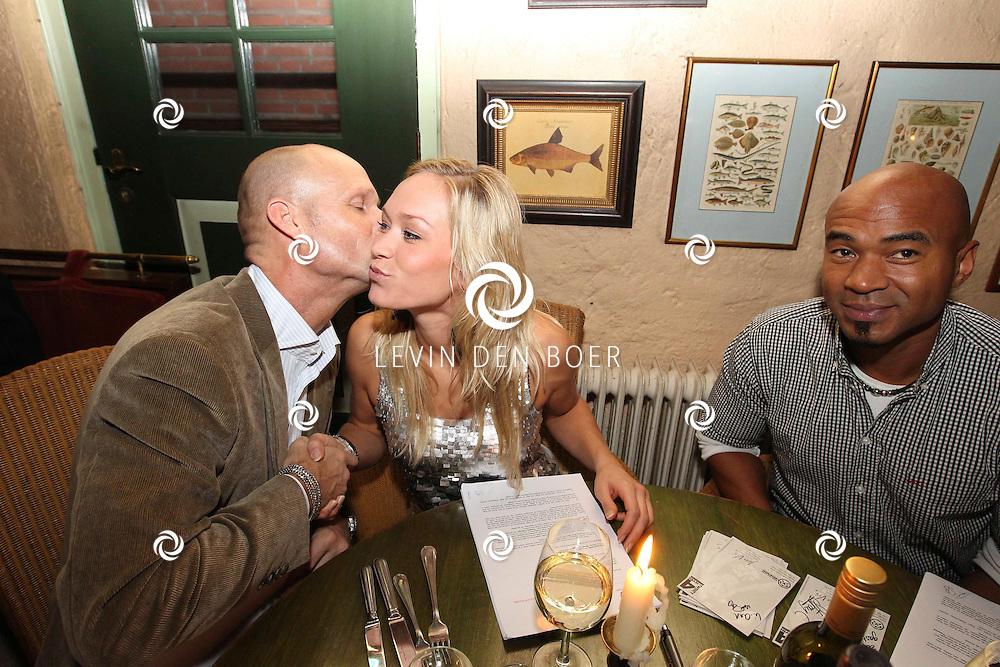 DEN BOSCH - In Bistro/Restaurant Allerlei en Visserij tekenden de nieuwe formatie Twenty 4 Seven het contract met Ruud van Rijen waarmee ze een nieuwe start gaan maken. Met op de foto Ruud van Rijen en Li-Ann. FOTO LEVIN DEN BOER - PERSFOTO.NU ***EXCLUSIEF***