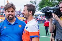 Den Bosch  - bondscoach Max Caldas (Ned)  met Sander Baart (Ned) na   de Pro League hockeywedstrijd heren, Nederland-Belgie (4-3).    COPYRIGHT KOEN SUYK