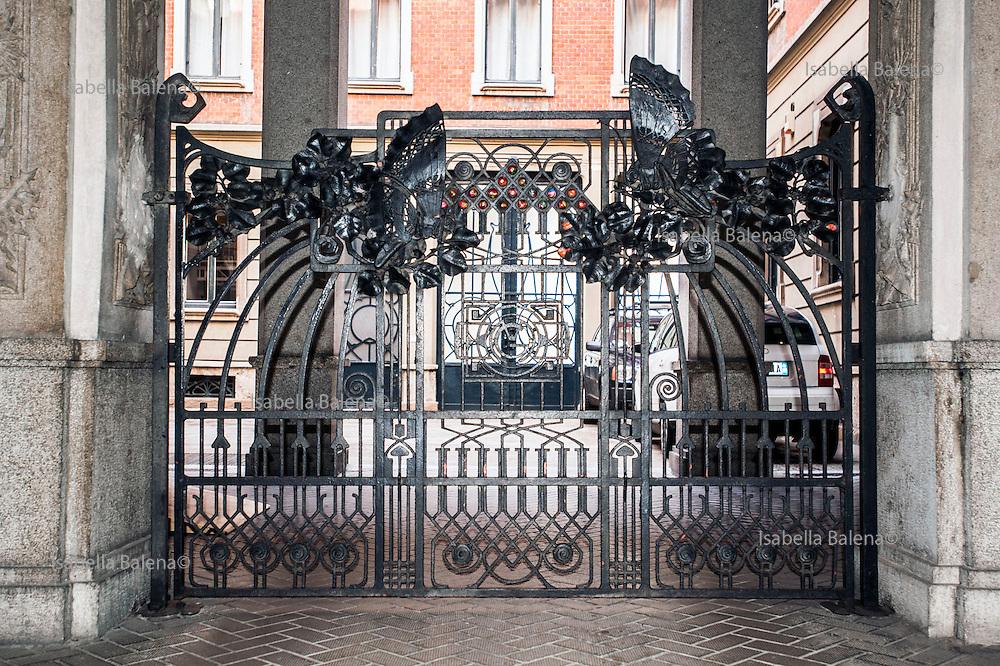 Milano, Lombardia, Italia. Stile Liberty. Via Ausonio 3 e cancello e vetrate di Alessandro Mazzucotelli. Milan, Liberty style, A. mazzucotelli gate.