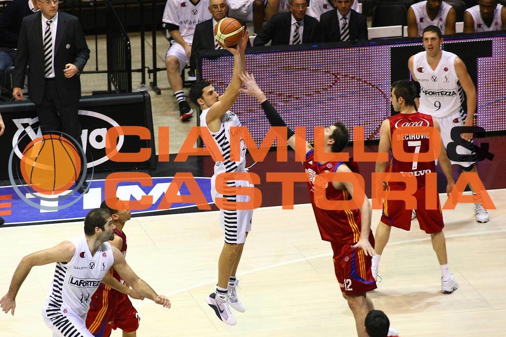 DESCRIZIONE : Bologna Final Eight 2009 Quarti di Finale Lottomatica Virtus Roma La Fortezza Virtus Bologna<br /> GIOCATORE : Dusan Vukcevic<br /> SQUADRA : La Fortezza Virtus Bologna<br /> EVENTO : Tim Cup Basket Coppa Italia Final Eight 2009<br /> GARA : Lottomatica Virtus Roma La Fortezza Virtus Bologna<br /> DATA : 19/02/2009<br /> CATEGORIA : Tiro<br /> SPORT : Pallacanestro<br /> AUTORE : Agenzia Ciamillo-Castoria/M.Minarelli