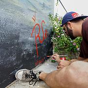 NOVIEMBRE 15, 2015---MIAMI, FLORIDA<br /> Rigo Le&oacute;n, firma su obra despu&eacute;s de pintar un mural titulado &quot;The Girl from Ipanema&quot; en un edificio de apartamentos de alquiler en el popular vecindario Wynwood en Miami.