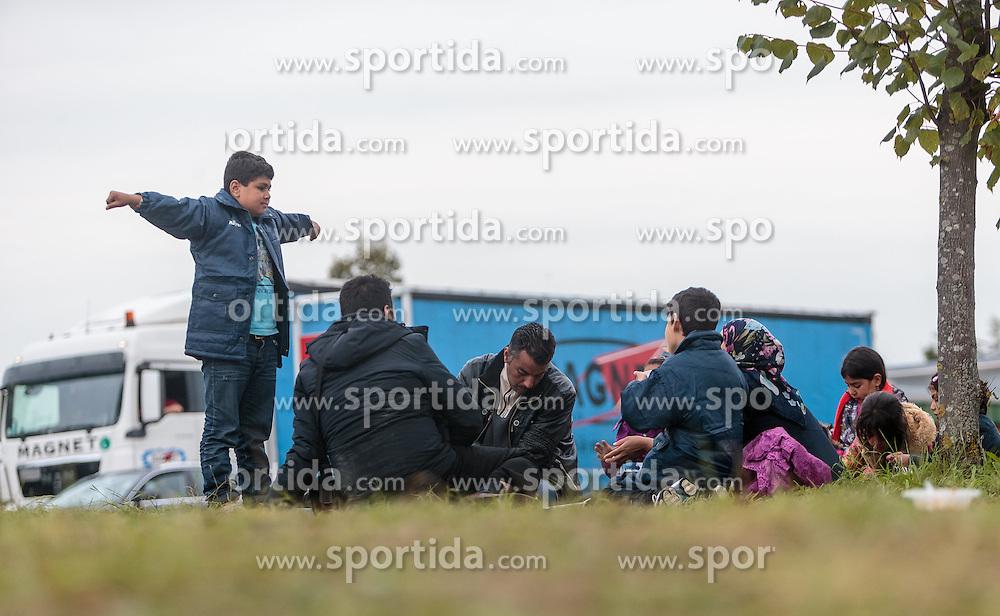 25.09.2015, Grenzübergang, Salzburg, AUT, Fluechtlingskrise in der EU, im Bild Flüchtlinge an der Grenze zu Deutschland auf der Strasse // Migrants on the Road to the German Border. Thousands of refugees fleeing violence and persecution in their own countries continue to make their way toward the EU, border crossing, Salzburg, Austria on 2015/09/25. EXPA Pictures © 2015, PhotoCredit: EXPA/ JFK