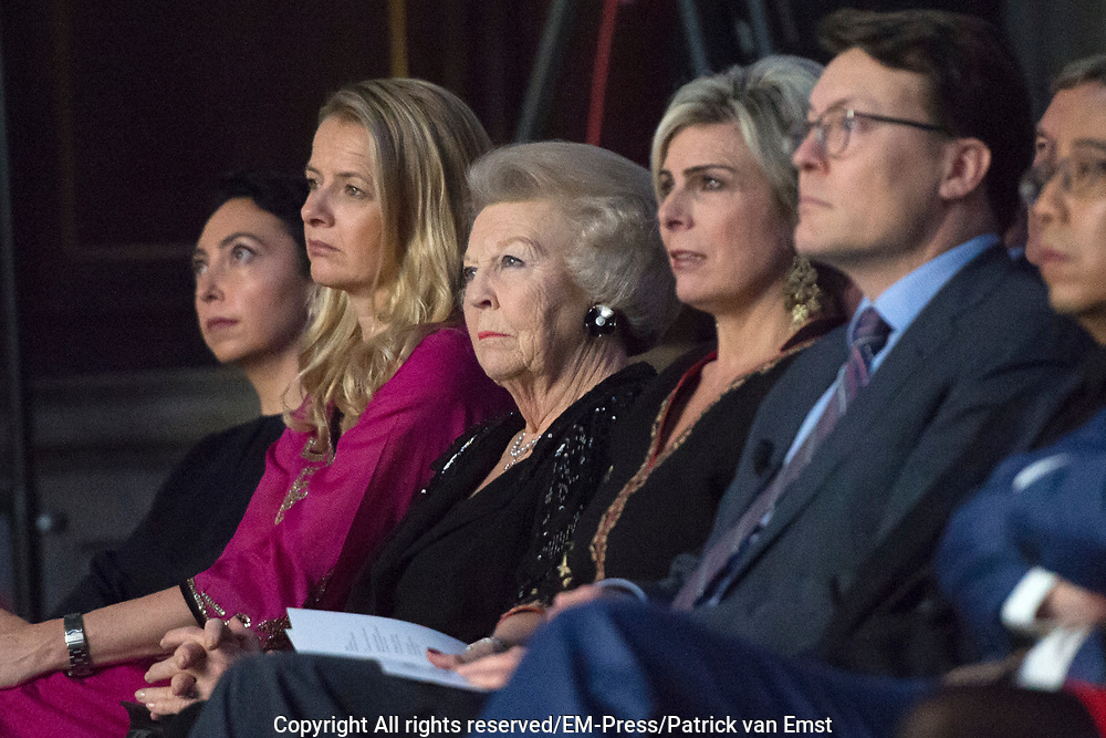 Uitreiking Prins Claus Prijs 2016 in het Koninklijk Paleis in Amsterdam.<br /> <br /> Op de foto:   prinses Mabel , prinses Beatrix  en prins Constantijn ///  Princess Mabel, Princess Beatrix and Prince Constantijn