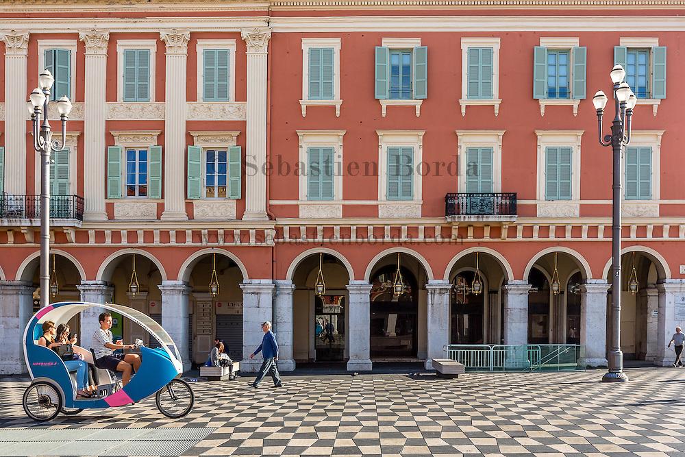 Vélo-taxi Cyclopolitain sur la place Massena // Taxi bike caled Cyclopolitain in place Massena
