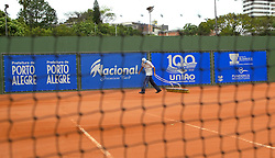 Auxiliar passa escovão na quadra principal de tênis do clube Grêmio Náutico União, em Porto Alegre onde está ocorrendo o quarto Porto Alegre Open de Tênis. Foto: Marcos Nagelstein/Preview.com