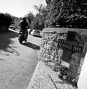 Italia, 2004, dal libro Ci resta il nome. Giulino di Mezzegra (Como). Lo stesso giorno, Mussolini e Claretta Petacci, fermati da una brigata partigiana, vengono giustiziati e portati a Milano. I loro corpi vengono esposti in Piazzale Loreto nello stesso punto dove nell'agosto 1944 erano stati fucilati 15 partigiani.Giulino di Mezzegra (Como).On 28 April 1945, Mussolini and Claretta Petacci were arrested by a partisan brigade, shot and taken to Milan.Their bodies were exposed to the crowds in Piazzale Loreto in the same place that 15 partisans had been shot in August 1944. arte, arts, cultura, culture, monument, monumento, sito storico, heritage site