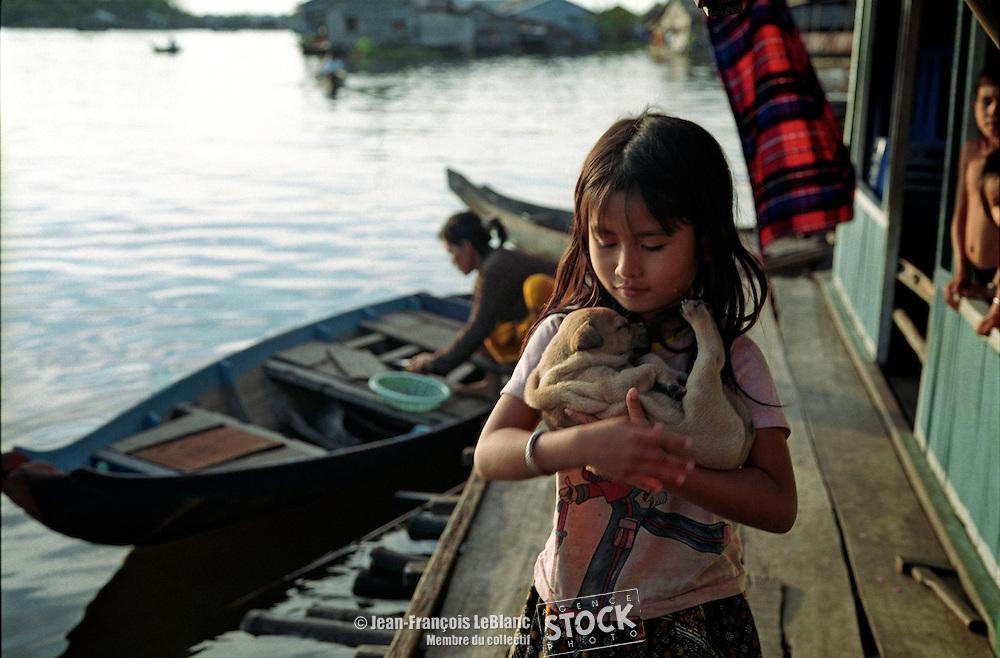 Prektol , fillette avec petit chien