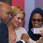 NLD/Amsterdam/20130627 - Gift Suite 2013, Humberto tan, Lieke van Lexmond en Edgar Davids bekijken een video