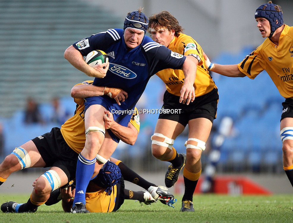Auckland lock Ali Williams charges ahead during the Super 14 pre-season rugby union match between the Auckland Blues and Western Force at Eden Park, Auckland, on Thursday 2 February, 2006. Photo: Andrew Cornaga/PHOTOSPORT<br />