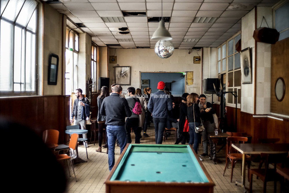 Le Grand Train - Bar Paris, a Parigi le ferrovie (SNCF) hanno trasformato un vecchio deposito abbandonato in un luogo per i giovani dove ogni estate vengono proposti concerti e mercatini. In poco tempo &egrave; divenuto uno dei luoghi pi&ugrave; alla moda della capitale, cercando di risollevare la difficile reputazione del XVIII arrondissement.<br /> Le Grand Train - Bar Paris, un bar &eacute;ph&eacute;m&egrave;re dans l'ancien d&eacute;p&ocirc;t d&eacute;saffect&eacute; de La Chapelle (XVIII arrondissement), &agrave; Paris. Le SNCF propose dans l'&eacute;t&eacute; des concerts et d'exposition. Devenu un v&eacute;ritable liex &agrave; la mode de la capitale.