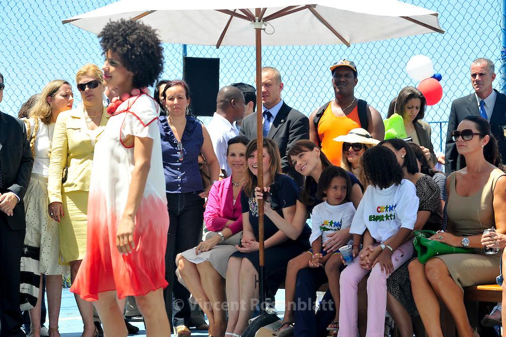 French first lady Carla Bruni visits Brazilian NGO for children care Criança Esperança, and assists to a fashion show of Moda Fusion , a French-Brazilian NGO, in the favela Pavao-Pavaozinho in Copacabana. On her right, Nadine Gonzales, the French creator of Moda Fusion. On her left, Adriana Ancelmo, wife of Rio State governor, Sergio Cabral - and next to her the model Luiza Brunet...Carla Bruni Sarkozy visite l'ONG brésilienne Criança Esperança, aidant les enfants défavorisés, dans la favela Pavao-Pavaozinho, à Copacabana. Elle assiste ensuite à un défilé de mode de l'ONG franco-brésilienne Moda Fusion. A sa droite, la directrice de Moda fusion, Nadine Gonzales. A sa gauche, Adriana Ancelmo, épouse de Sergio Cabral, le gouverneur de l'état de Rio de Janeiro - et à côté d'elle, la modèle Luiza Brunet.