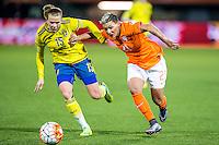 ROTTERDAM - Nederland - Zweden , Voetbal , Seizoen 2015/2016 , damesvoetbal , vrouwen , Olympisch kwalificatie toernooi , Sparta Stadion het Kasteel , 09-03-2016 , Nederland speelster Shanice van de Sanden (r) in duel met Zweden speelster Jassica Samuelsson (l)