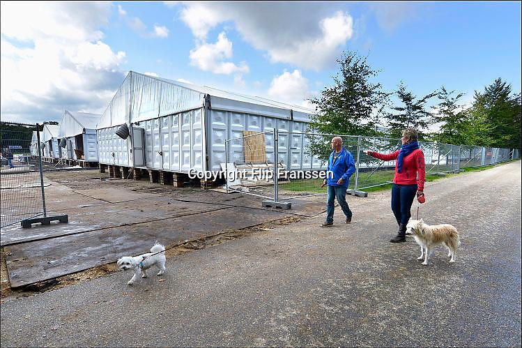 Nederland, Nijmegen, 23-9-2015<br /> Met hoge snelheid worden te tenten gebouwd voor de noodopvang van 3000 asielzoekers in natuurgebied Heumensoord. 3000 Asielzoekers, vluchtelingen, worden hier tijdelijk gehuisvest in een tentenkamp tot uiterlijk 1 juni 2016. In 1998, werd er ook een noodkamp gevestigd. Destijds werd op Heumensoord onderdak geregeld voor een kleine 1.000 asielzoekers.<br /> Nijmegen, the Netherlands, 23-9-2015 <br /> In Holland the growing number of refugees forces the government to house them temporary and improvised in unused or empty buildings and halls. Often these are rented from private owners or real-estate firms. In this case a tent camp is erected in a wooded area near the city of Nijmegen. The tents are also used during the famous four days marches on this location.<br /> FOTO: FLIP FRANSSEN/ HH