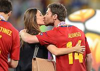 FUSSBALL  EUROPAMEISTERSCHAFT 2012   FINALE Spanien - Italien            01.07.2012 Xabi Alonso (re) mit Ehefrau Nagore