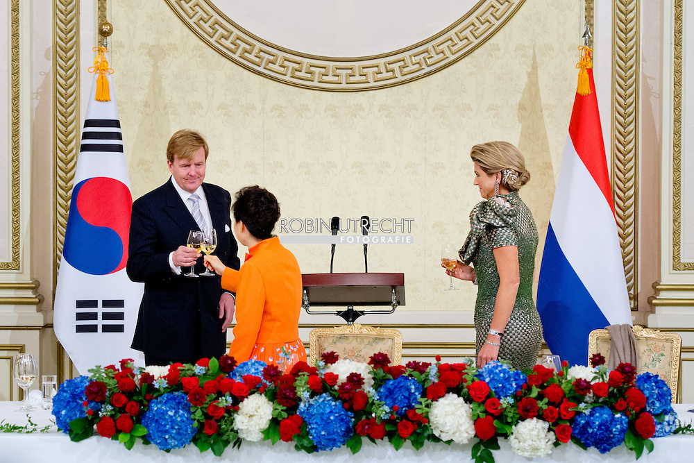 2-11-2014 - SEOUL - King Willem Alexander and Queen Maxima meet president Park during state baquet at the Cheong Wa Dae palace with Guus Hiddink .  during a 2 days State visit of king Willem-alexander and queen Maxima to South Korea . COPYRIGHT ROBIN UTRECHT