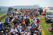 Nederland, Groesbeek, 19-7-20124 daagse, Dag van groesbeek, zevenheuvelenweg.  Af en toe valt er regen .De vierdaagse is het grootste wandelevenement ter wereld.(Groter bestand beschikbaar indien gewenst).Foto: Flip Franssen/Hollandse Hoogte