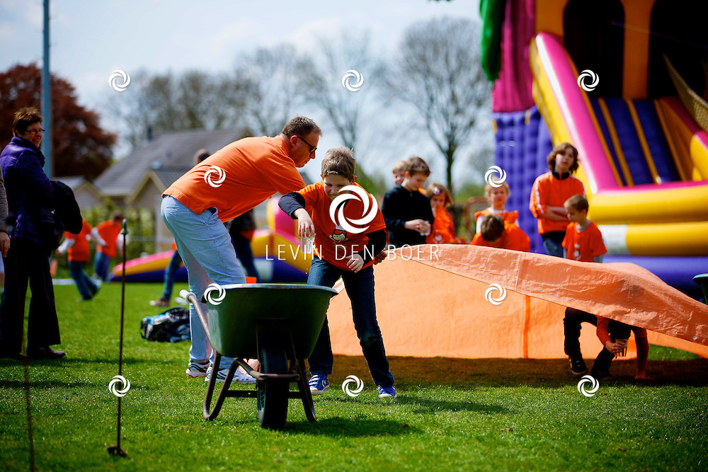 KERKWIJK - Op het voetbalveld zijn diversen kinderspellen georganiseerd op Koningsdag. FOTO LEVIN DEN BOER - PERSFOTO.NU