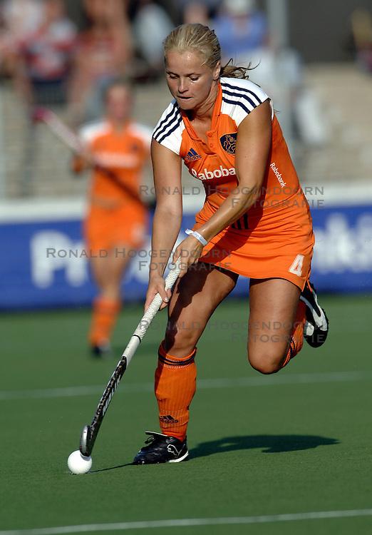 13-07-2006 HOCKEY: CHAMPIONS TROPHY WOMEN: NEDERLAND - CHINA: AMSTELVEEN <br /> Nederland en China houden elkaar in evenwicht 1-1 / Fatima Moreira de Melo<br /> &copy;2006-WWW.FOTOHOOGENDOORN.NL