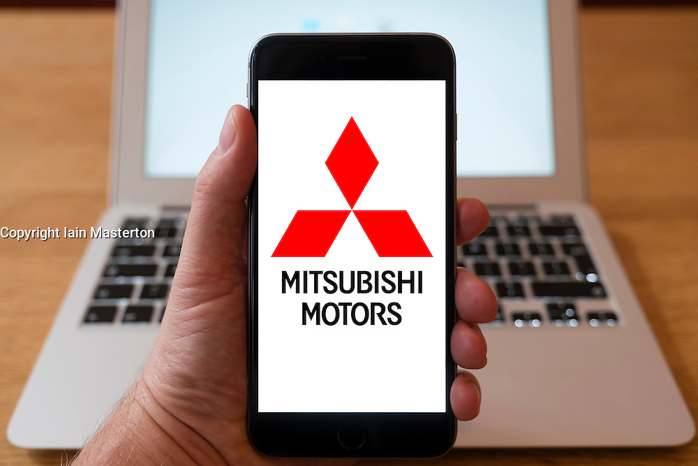 Using iPhone smartphone to display logo of Mitsubishi Motors