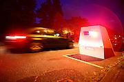 """Mannheim. 03.05.16 Feudenheim. Lauffener Straße. Mit neuem Enforcement Trailer gegen Raser.<br /> Raser und Verkehrsrowdys werden in Mannheim in den nächsten Wochen von einem neuen Messsystem ins Visier genommen, dem sogenannten Enforcement Trailer. Es handelt sich dabei um eine mobile Überwachungstechnik, die für Rund-um-die-Uhr-Einsätze von jeweils mehreren Tagen an unterschiedlichen Orten eingesetzt werden kann. Der Enforcement Trailer verfügt über ein Messsystem wie es auch bei stationären Anlagen in Mannheim bekannt ist, fest installiert in einem speziell dafür konstruierten Anhänger – eine sinnvolle Kombination der Vorteile von mobilen Messungen und stationären Messanlagen.<br />  <br /> """"Diese neue Technik gibt uns die Möglichkeit, ohne die bei stationären Anlagen erforderlichen Baumaßnahmen nachhaltig über Tage oder Wochen Straßenabschnitte zu überwachen"""", erklärt Erster Bürgermeister und Sicherheitsdezernent Christian Specht. """"So können wir mittelfristig zu einer Verhaltensänderung von Rasern beitragen, insbesondere an besonders gefährlichen Stellen wie in Baustellen oder in Tempo-30-Zonen in Wohngebieten."""" Vorteilhaft ist dabei die Flexibilität des Systems: die Tatsache, dass es in kurzer Zeit installiert ist und während des Messbetriebs kein Personal gebunden wird.<br />  <br /> Der Anhänger ist mit eigener Stromversorgung über Hochleistungsbatterien ausgestattet und elektronisch gegen Vandalismus gesichert. Er kann mit einem PKW schnell an jeden beliebigen Einsatzort gezogen werden, ist dort über eine Fernbedienung manövrierbar und absenkbar.<br />  <br /> """"Nachdem die Jahresunfallstatistik der Polizei eine Steigerung bei den Geschwindigkeitsunfällen von 9,4% in 2015 gegenüber dem Vorjahr ausweist, wollen wir mit dem Einsatz dieser Überwachungstechnik unseren Beitrag zur Verkehrssicherheit noch weiter erhöhen"""", erläutert Specht.<br /> Das System ist zunächst für vier Wochen gemietet, bei entsprechender Eignung wird es anschließend möglicherweise dauer"""