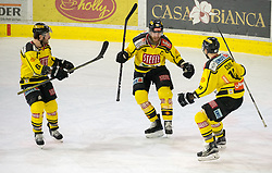 20.03.2018, Tiroler Wasserkraft Arena, Innsbruck, AUT, EBEL, HC TWK Innsbruck  die Haie vs Vienna Capitals, Playoff Viertelfinale, 6. Spiel, im Bild Torjubel nach dem 3:4 durch Andreas Noedl (Vienna Capitals)  // during the Erste Bank Erste Bank Icehockey 6th round quarterfinal playoff match between HC TWK Innsbruck  die Haie and Vienna Capitals at the Tiroler Wasserkraft Arena in Innsbruck, Austria on 2018/03/20. EXPA Pictures © 2018, PhotoCredit: EXPA/ Jakob Gruber