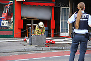 Mannheim. 30.06.17   Brand in der Innenstadt<br /> Innenstadt. N7. Brand in einer Bar.<br /> Zu einem größeren Rückstau von Lieferfahrzeugen in der Kunststraße führt derzeit ein Brand in der Mannheimer Innenstadt. Wegen der Löscharbeiten ist die Kunststraße derzeit noch gesperrt. Die Feuerwehr war am Morgen zu einer Verpuffung in einem Gastronomiebetrieb gerufen worden. Tatsächlich brannte es in der Küche. Das Feuer führte zu einer starken Rauchentwicklung. Zeitweise waren zwei Löschzüge der Berufsfeuerwehr und die Freiwillige Feuerweh Innenstadt im Einsatz. Derzeit werden die Schläuche eingerollt, die Einsatzstelle wohl in kurzer Zeit freigegeben. Bei dem Brand zogen sich drei Personen Rauchgasvergiftungen zu. Sie kamen zur Behandlung ins Krankenhaus.<br /> <br /> <br /> BILD- ID 0410  <br /> Bild: Markus Prosswitz 30JUN17 / masterpress (Bild ist honorarpflichtig - No Model Release!)