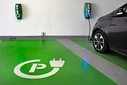 Nederland, Nijmegen, 26-8-2018Parkeerplaats voor elektrische autos in een parkeergarage. Een auto staat met de stekker aan het stopcontact .FOTO: FLIP FRANSSEN