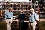 """Bauherr Holger Cassens (links) finanziert das Hinz&Kunzt Haus mit seiner Mara   Holger Cassens Stiftung. Johannes Jörn (rechts), ebenfalls Bauherr, ist im Vorstand der Amalie Sieveking-Stiftung, die das nötige Grundstück per Erbpacht zur Verfügung stellt. Für die Patriotische Gesellschaft ist er außerdem Gesellschaftervertreter bei Hinz&Kunzt. Jörn Sturm ist Geschäftsführer von Hinz&Kunzt und freut sich auf die neuen, großzügigen Räumlichkeiten und darauf, Menschen unterbringen zu können: """"Auch wenn 24 Plätze nur ein Tropfen auf den heißen Stein sind, zählt am Ende jeder.""""  06.25.2020 Foto Mauricio Bustamante"""