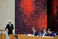 Nederland. Den Haag, 13 januari 2010.<br /> Debat Tweede kamer inzake rapport commissie Davids. PVV leider Geert Wilders aanhet woord, in vak K luisteren Bos, Balkenende en Rouvoet<br /> Het kabinet erkent dat met de kennis van nu een beter volkenrechtelijk mandaat nodig was geweest voor de inval in Irak. Dat schrijft premier Balkenende in een brief aan de Tweede Kamer. Daarmee werd gisteren een kabinetscrisis afgewend.<br /> Gisteren nam Balkenende nog afstand van de passage over het mandaat in het rapport van de commissie-Davids.<br /> Foto Martijn Beekman