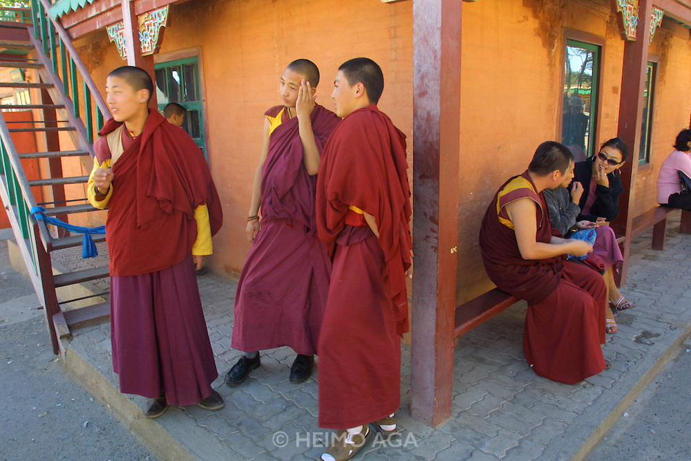 ULAN BATOR, MONGOLIA..09/05/2001.Gandan Khiid (monastery)..Young Buddhist monks..(Photo by Heimo Aga)