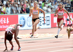29-08-2015 CHN: IAAF World Championships Athletics day 7, Beijing<br /> Het Nederlandse vrouwenestafetteteam heeft zich geplaatst voor de finale van de 4x100 meter bij de WK atletiek in Peking. Het kwartet, met wereldkampioene Dafne Schippers als tweede loopster, eindigde als derde in de serie en die klassering was voldoende voor een finaleplek. Oranje noteerde bovendien een Nederlands record van 42,32 seconden. Rechts de Amerikaanse Allyson Felix Photo by Ronald Hoogendoorn / Sportida