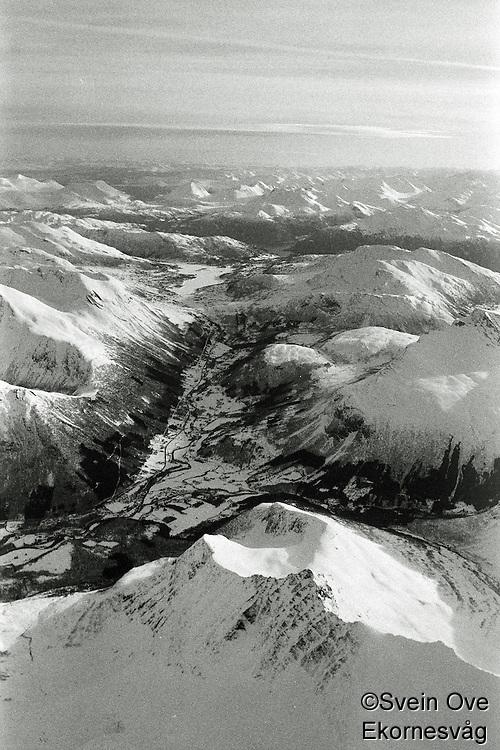 Flyfoto av snødekte fjell i vakre Sunnmørsalpane. <br /> Foto: Svein Ove Ekornesvåg