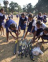 KHUNTI (Jharkhand) -  Trainersopleiding   ONE MILLION HOCKEY LEGS  is een project , geïnitieerd door de Nederlandse- en Indiase overheid, met het doel om trainers en coaches op te leiden en  500.000 kinderen in India te laten hockeyen.  Ex international Floris Jan Bovelander    is een van de oprichters en het gezicht van OMHL.  COPYRIGHT KOEN SUYK