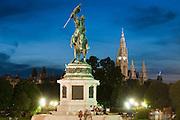 Erzherzog-Karl-Denkmal und Rathaus bei Dämmerung, Heldenplatz,  Wien, Österreich.|.Erzherzog Karl memorial, guildhall at night, Vienna, Austria