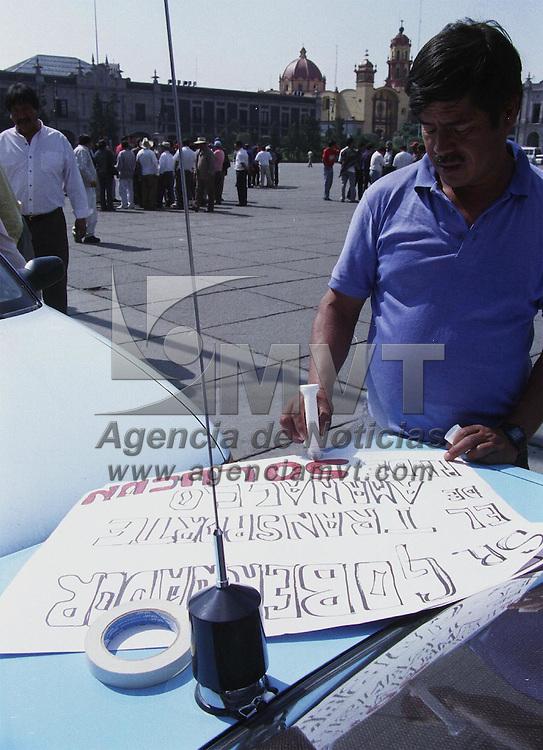 Toluca, M&eacute;x.- Integrantes de cuatro diferentes agrupaciones de transporte publico del Municipio de Amanalco de Becerra, se manifestaron frente a Palacio de Gobierno para pedir les sean otorgadas consesiones ya que desde hace cinco a&ntilde;os no han sido entregadas por la DGTT siendo objeto de extorcion. Agencia MVT / H. Vazquez E. (FILM)<br /> <br /> NO ARCHIVAR - NO ARCHIVE