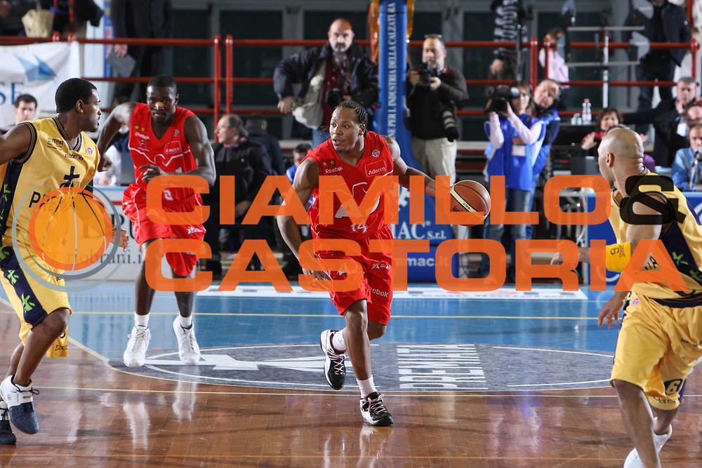 DESCRIZIONE : Porto San Giorgio Lega A1 2008-09 Premiata Montegranaro Armani Jeans Milano<br /> GIOCATORE : David Hawkins<br /> SQUADRA : Armani Jeans Milano<br /> EVENTO : Campionato Lega A1 2008-2009<br /> GARA : Premiata Montegranaro Armani Jeans Milano<br /> DATA : 15/02/2009<br /> CATEGORIA : Palleggio<br /> SPORT : Pallacanestro<br /> AUTORE : Agenzia Ciamillo-Castoria/C.De Massis